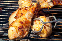 Gebratenes Huhn auf dem Grill Stockfotos