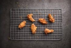 Gebratenes Huhn auf einem dunklen Hintergrund Lizenzfreies Stockbild