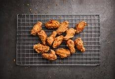 Gebratenes Huhn auf einem dunklen Hintergrund Stockfoto