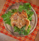 Gebratenes Huhn auf einer hölzernen Platte Stockfotos
