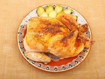 Gebratenes Huhn auf einer Platte Stockfotografie