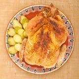 Gebratenes Huhn auf einer Platte Lizenzfreies Stockfoto
