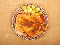 Gebratenes Huhn auf einer Platte Stockbild