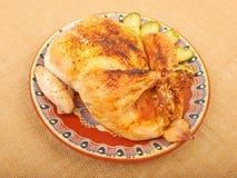 Gebratenes Huhn auf einer Platte Stockfoto