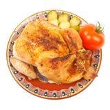 Gebratenes Huhn auf einer Platte mit Essiggurken auf einem weißen Hintergrundisolator Lizenzfreies Stockbild