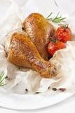 Gebratenes Huhn auf einer Platte mit Tomaten Lizenzfreie Stockfotos