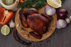 Gebratenes Huhn auf hölzernem Hintergrund lizenzfreies stockbild