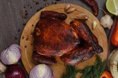Gebratenes Huhn auf hölzernem Hintergrund stockfotos