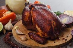 Gebratenes Huhn auf hölzernem Hintergrund lizenzfreies stockfoto