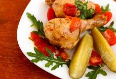 Gebratenes Huhn auf weißer Platte auf Holztisch Stockfotos