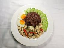 Gebratenes Huhn des Basilikums und gekochtes Ei stockfotos