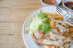 Gebratenes Huhn des thailändischen Lebensmittelfeinschmeckers mit Reis, khao Mann kai tod cris stockbild
