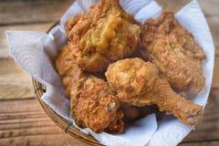 Gebratenes Huhn in einem Korb Stockbilder