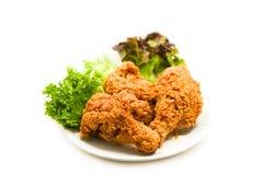 Gebratenes Huhn knusperig auf Platte mit Salatkopfsalat auf Weiß lizenzfreie stockbilder