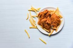 Gebratenes Huhn knusperig mit Pommes-Frites in der weißen Platte auf Draufsicht des Speisetischhintergrundes stockbilder