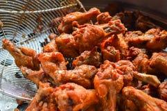 gebratenes Huhn, Koch in der Küche, knusperig mit Pflanzenöl stockfotografie
