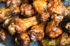 gebratenes Huhn, Koch in der Küche, knusperig mit Pflanzenöl stockbild
