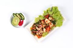 Gebratenes Huhn mischte das Gemüse, das mit gebratenem würzigem Kalmar MI gedient wurde Lizenzfreies Stockbild
