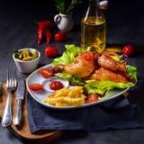 Gebratenes Huhn mit Chips und Salat Stockbild