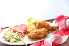 Gebratenes Huhn mit Cornbread und Kohlsalat Stockfotografie