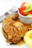 Gebratenes Huhn mit Fruchtsalat Lizenzfreie Stockbilder