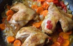Gebratenes Huhn, mit Gemüse stockfoto