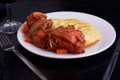 Gebratenes Huhn mit Gemüse unter Soße mit smahsed Kartoffeln Stockbild