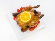 Gebratenes Huhn mit geschnittenen Orangen- und Kirschtomaten Lizenzfreies Stockbild