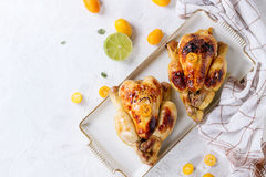 Gebratenes Huhn mit japanischen Orangen Stockfotos