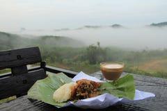 Gebratenes Huhn mit Kaffee und Bergblick morgens Lizenzfreies Stockfoto