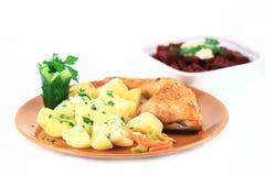 Gebratenes Huhn mit Kartoffeln Stockfoto