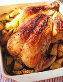 Gebratenes Huhn mit Kartoffeln in der keramischen Schüssel Lizenzfreies Stockbild