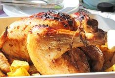 Gebratenes Huhn mit Kartoffeln in der keramischen Schüssel Stockfotos