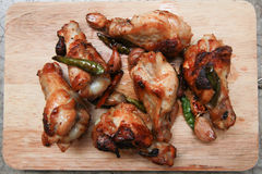 Gebratenes Huhn mit Knoblauch und Paprikas Stockbilder
