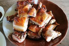 Gebratenes Huhn mit marinierter Soße und würziger Soße auf dem Tisch lizenzfreie stockfotografie