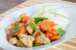Gebratenes Huhn mit Mischgemüse und Reis Stockfoto