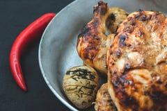 Gebratenes Huhn mit Ofenkartoffeln in einer Bratpfanne Menü, Restaurant und Rezeptkonzept stockfotos
