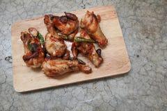 Gebratenes Huhn mit Paprikas auf Trencher Lizenzfreie Stockfotos