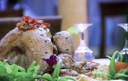 Gebratenes Huhn mit Reis und Gemüse Stockfoto