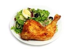 Gebratenes Huhn mit Salat Stockfotografie
