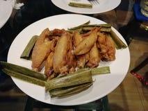 Gebratenes Huhn mit Salz auf weißem Teller mit gebratenen pandan Blättern, Thaifood lizenzfreies stockfoto