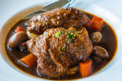 Gebratenes Huhn mit Schinken, Karotte und Pilz im Rotwein sauce mit Kartoffelpüree lizenzfreie stockfotos