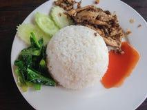 Gebratenes Huhn mit schwarzem Pfeffer und Reis stockbilder