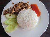 Gebratenes Huhn mit schwarzem Pfeffer und Reis lizenzfreie stockbilder
