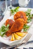 Gebratenes Huhn mit Zitrone und Petersilie auf einer Platte Stockfoto