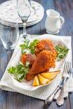 Gebratenes Huhn mit Zitrone und Petersilie auf einer Platte Stockfotografie