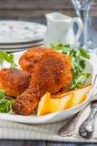 Gebratenes Huhn mit Zitrone und Petersilie auf einer Platte Stockfotos