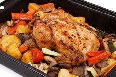 Gebratenes Huhn mit Zusammenstellung des Gemüses Stockbild