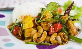 Gebratenes Huhn mit Zwiebel, Acajounuss und Gemüsepaprika Lizenzfreie Stockfotografie