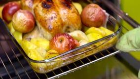 Gebratenes Huhn taked heraus vom Ofen stock video footage